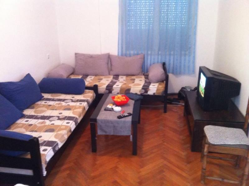Izdajem namjesten stan u centru Bara povoljno
