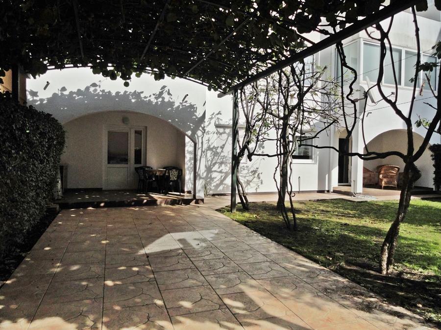 Komforan stan sa dvoristem